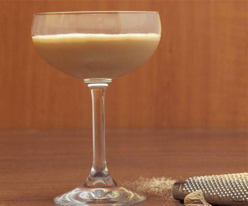 调制亚历山大鸡尾酒,亚历山大鸡尾酒的制作教程,怎样调亚历山大鸡尾酒丨调酒培训