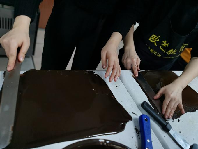 重庆欧艺巧克力塑形技术培训班结业考试
