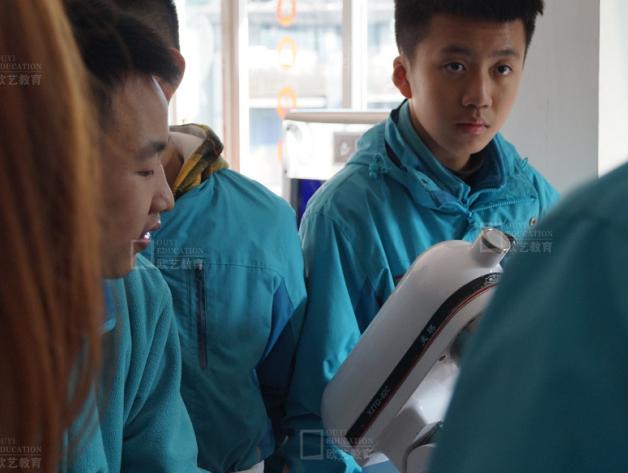 重庆求精中学近两百名学生到重庆欧艺学烘焙